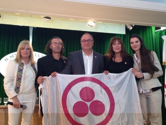 Enric Corbera recibe la Bandera de Embajador de la Paz, en Buenos Aires, Argentina