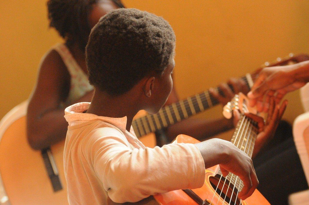 niño guitarra